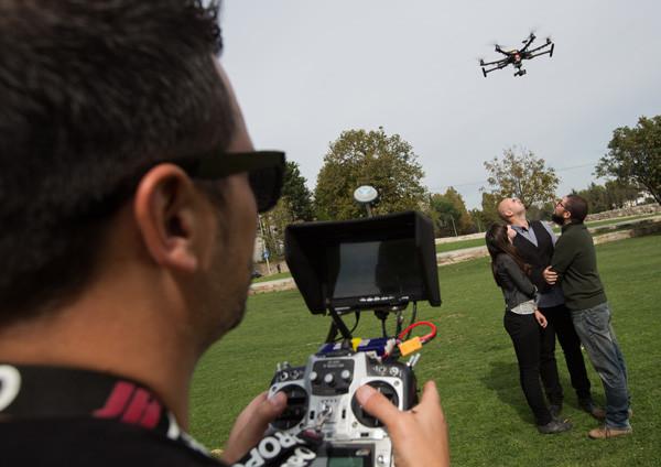 É um ovni? É um zangão gigante? Não, é um drone!
