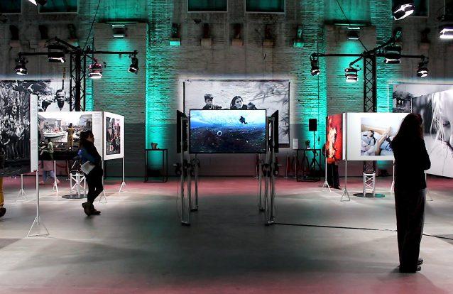 """""""A nossa missão é ligarmo-nos às histórias que contam"""", diz Carla Vlaun, curadora do World Press Photo 2018"""