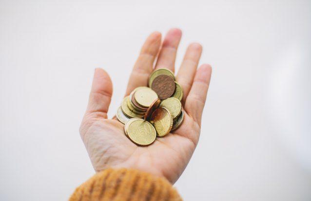 Porque é que as mãos ficam a cheirar mal depois de mexermos em moedas?
