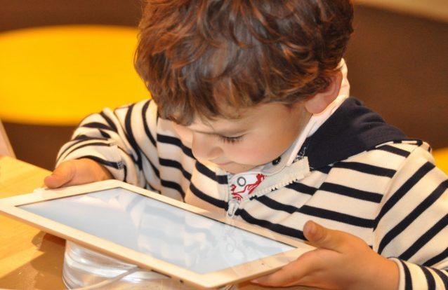 Sabe qual é o máximo de horas que o seu filho deve estar em frente a um ecrã?
