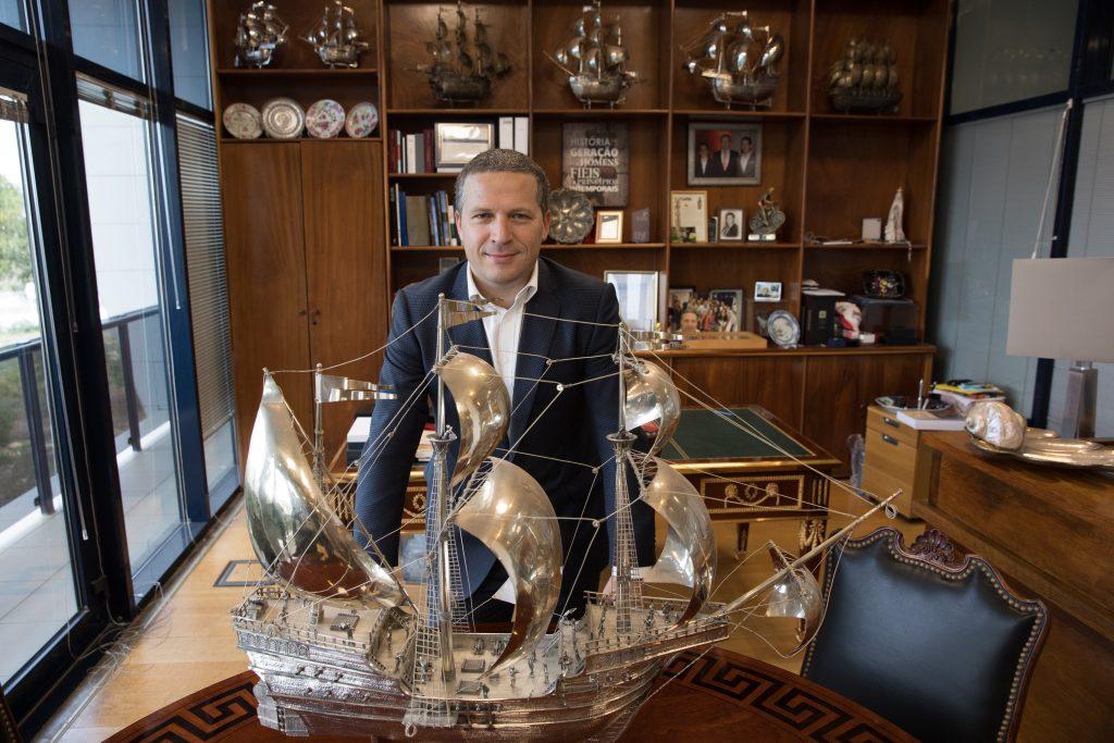 A portugalidade No escritório tem várias caravelas em prata, com a da primeira imagem a pesar mais de 20 quilos