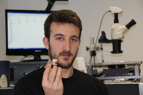 O investigador Ricardo Gonçalves e o protótipo da rolha inteligente.JPG