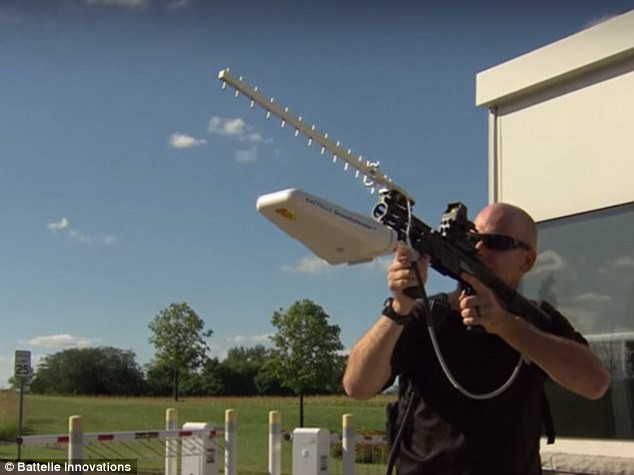 2D78F35000000578-3275820-The_DroneDefender_pictured_uses_radio_pulses_to_halt_a_radio_con-a-85_1444997635740.jpg