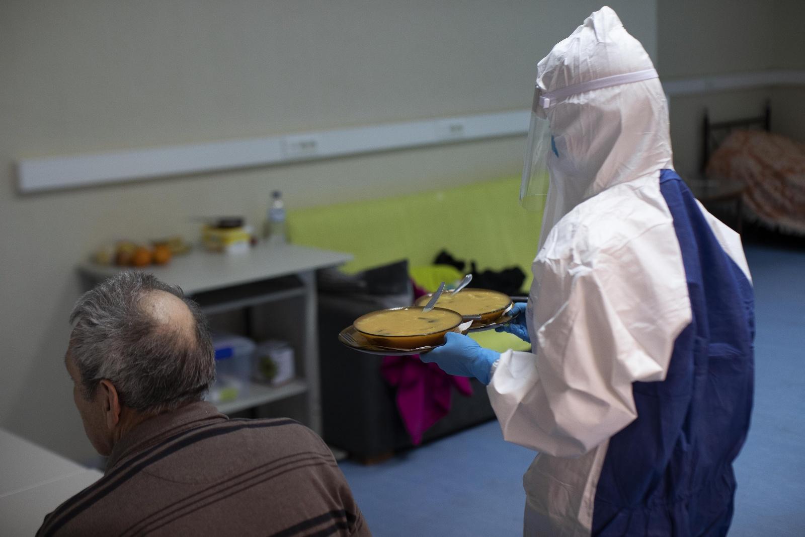 Visão | Covid-19: Voluntários ajudam família infetada em Vila ...