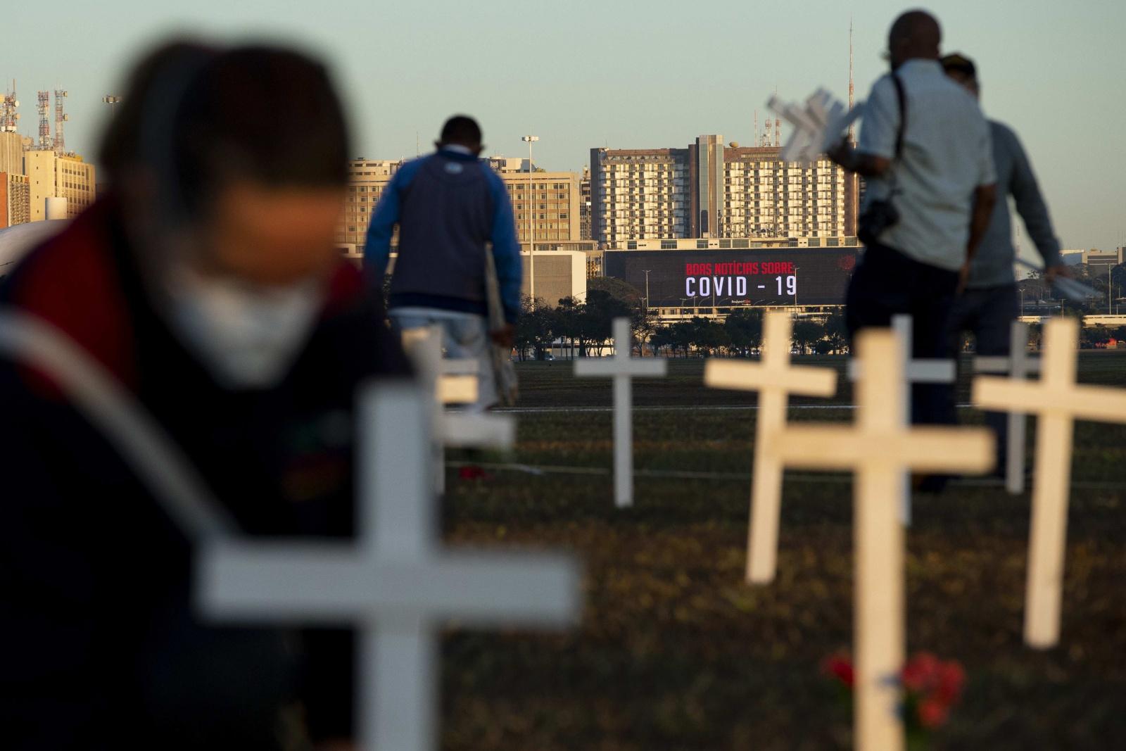 Visão | Covid-19: Mil cruzes em frente ao Congresso recordam a ...