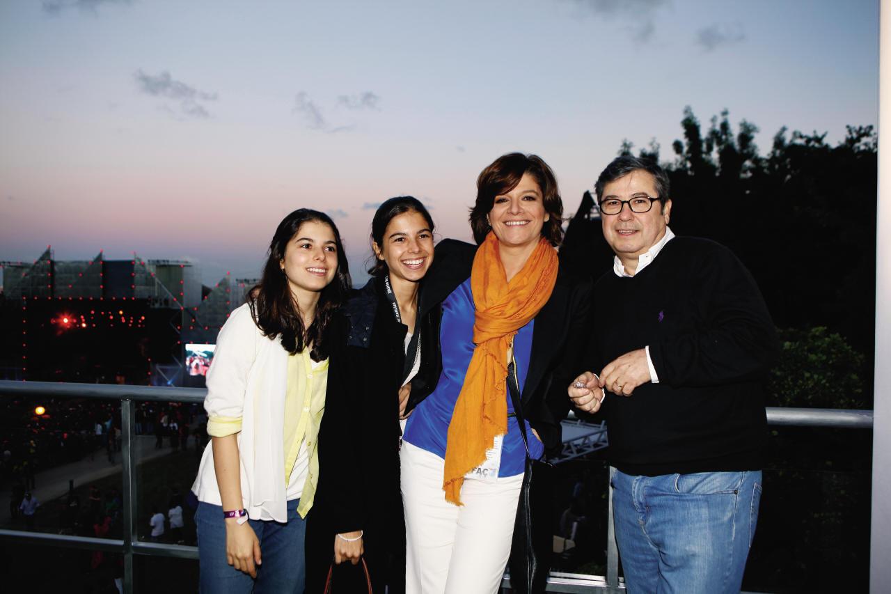 Júlia Pinheiro com o marido, Rui Pêgo, e as filhas gémeas, Matilde e Carolina.jpg