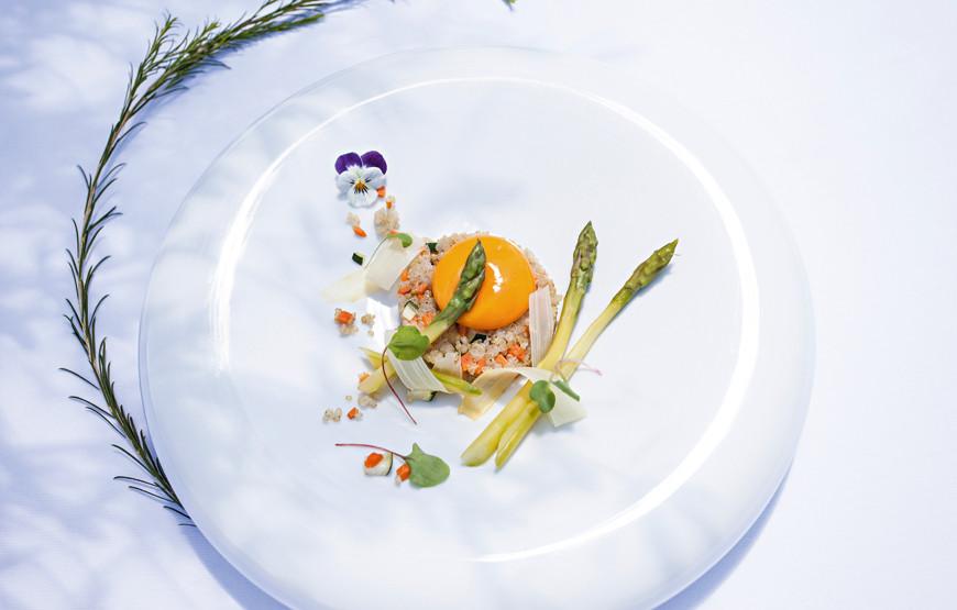 Salada-de-espargos-e-quinoa-com-gema-a-baixa-temperatura.jpg