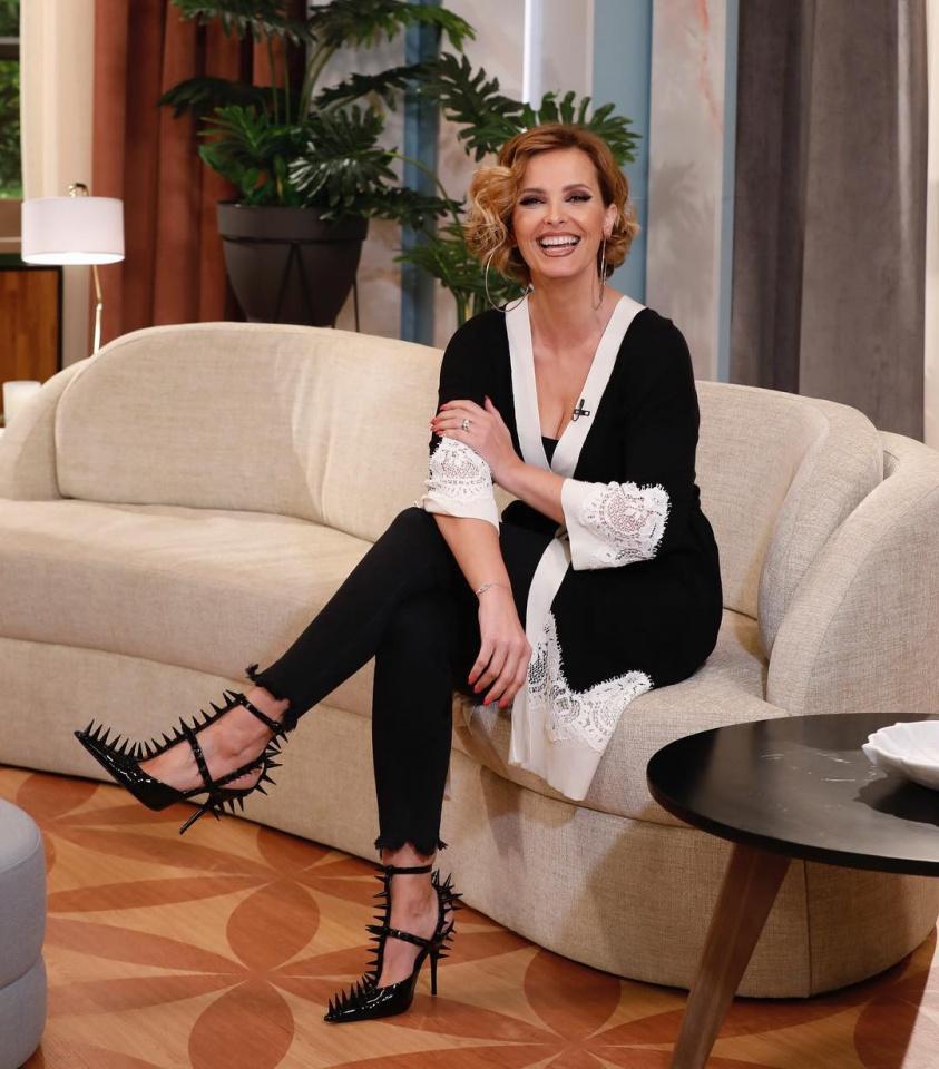 No dia da mulher Cristina Ferreira mostra se com sapatos de