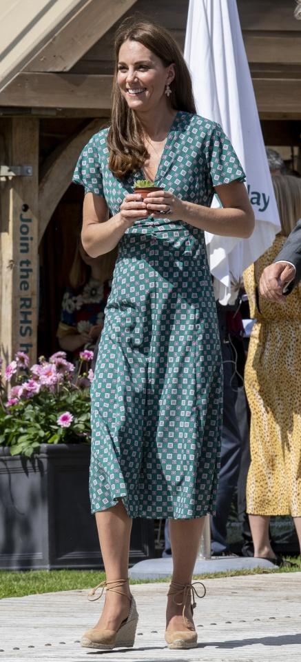 Caras   Kate deslumbra com 'look' de 200 euros e esgota vestido
