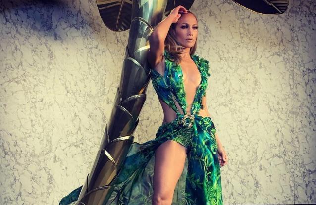Caras | Jennifer Lopez impressiona e mostra as curvas em