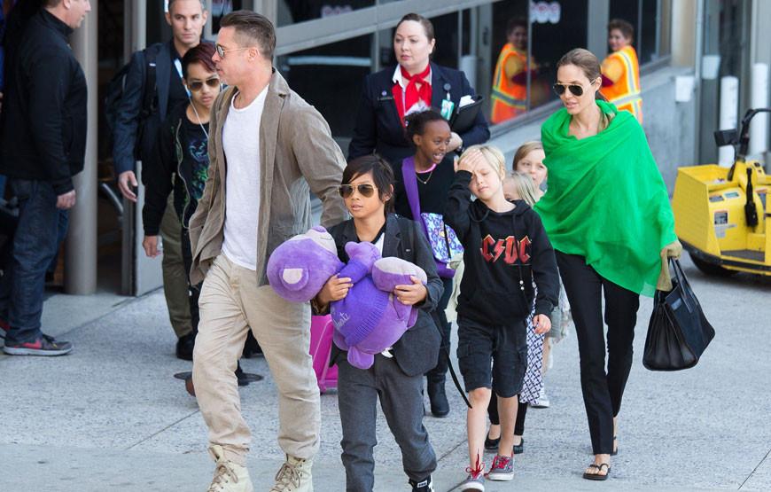 Brad Pitt e Angelina Jolie com os filhos.jpg