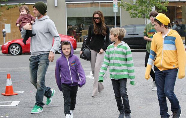 David e Victoria Beckham com os filhos.jpg