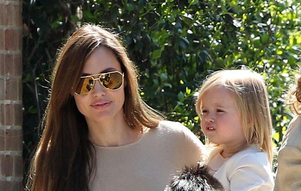 Angelina Jolie com a filha Vivienne.jpg