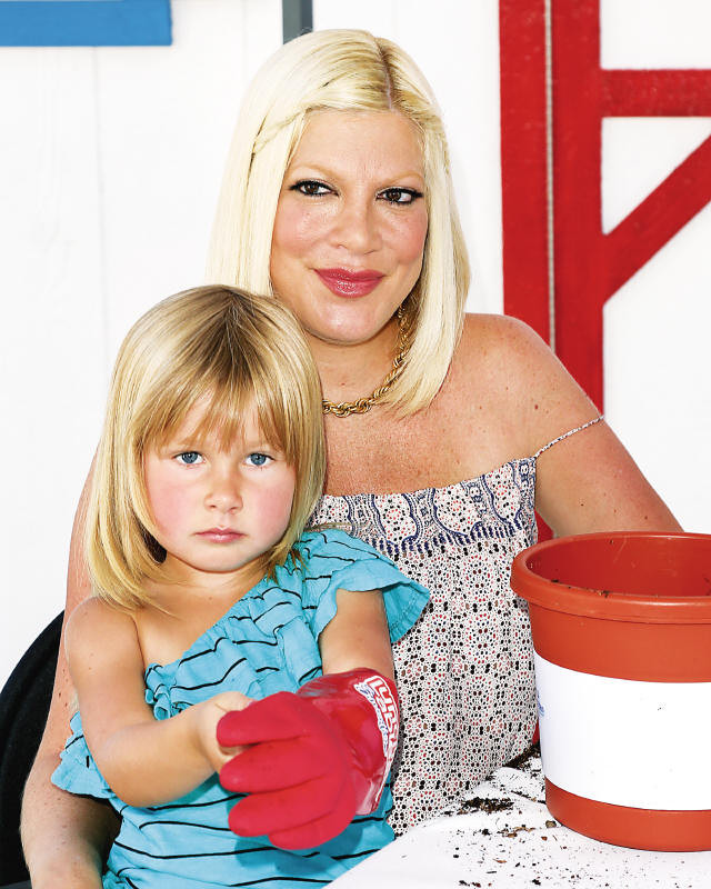 Tori Spelling com a filha Stella.jpg