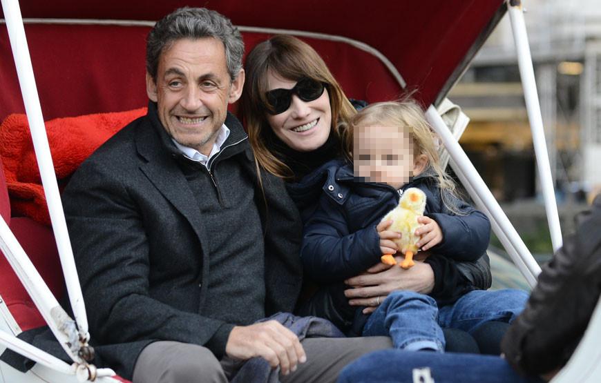 Nicolás Sarkozy e Carla Bruni com a filha, Giulia.jpg