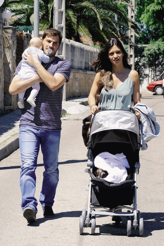 Iker Casillas e Sara Carbonero com o filho, Martín.jpg
