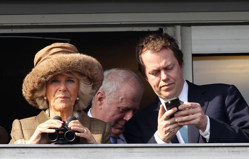 Camilla Parker Bowles com o filho, Tom.jpg