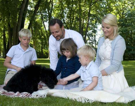 Haakon e Mette-Marit da Noruga com os filhos no dia em que receberam a sua nova mascote, Milly Kakao, um labradoodle de quatro meses