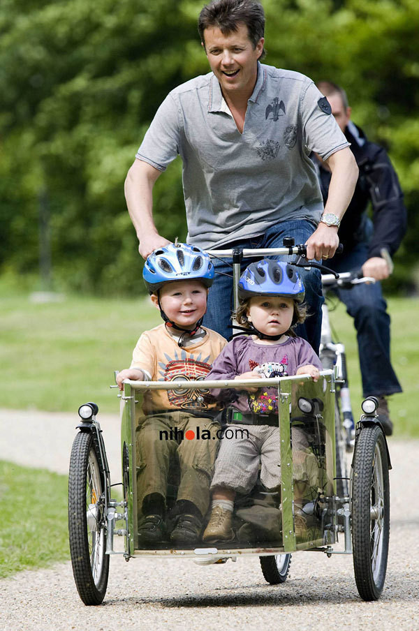 O príncipe herdeiro do trono da Dinamarca a divertir-se com os filhos