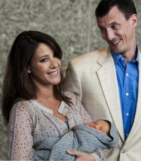 Marie Cavallier e Joaquim da Dinamarca com o filho recém-nascido, à saída da maternidade (Maio de 2009)