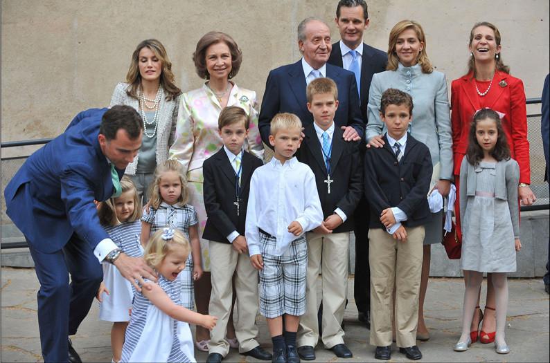 Família real espanhola no dia da primeira comunhão de Juan Valentin e Pablo Nicolás