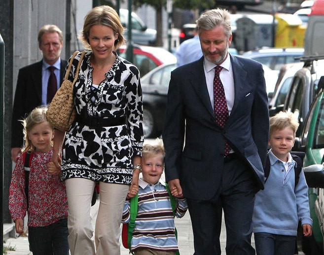 Philippe e Matilde da Bélgica com os filhos