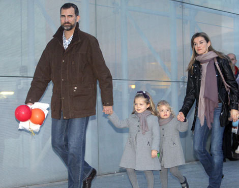Os príncipes Felipe e Letizia com as filhas, as infantas Leonor e Sofía