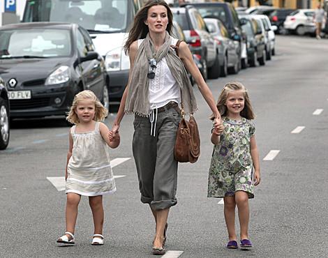 Letizia com as filhas, as infantas Leonor e Sofía
