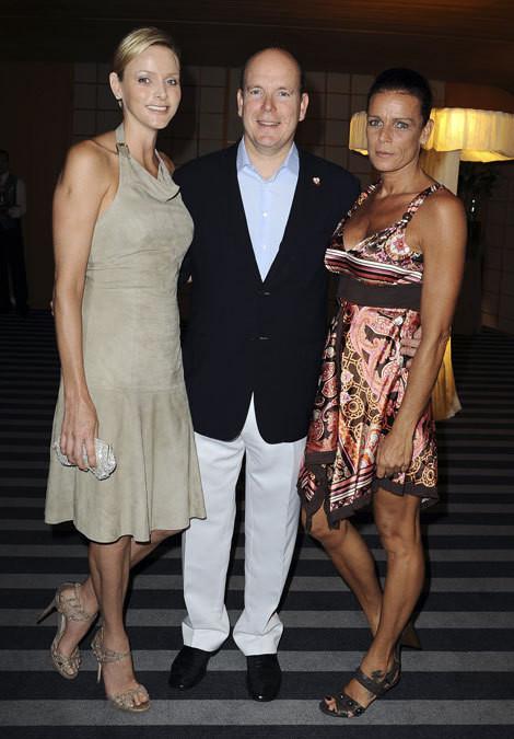 Príncipe Alberto do Mónaco com a noiva, Charlene Wittstock, e a irmã, a princesa Stéphanie