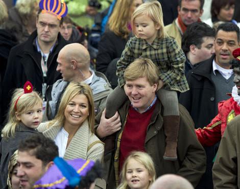 Guilherme e Máxima da Holanda com as filhas