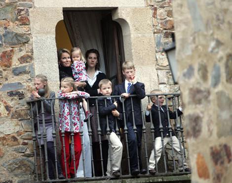 Mathilde da Bélgica com os filhos