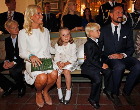 Mette-Marit e Haakon da Noruega com o filho da princesa, Marius, e os filhos de ambos, Ingrid Alexandra e Sverre Magnus