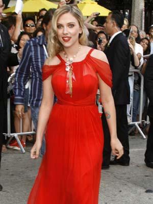 Scarlett Johansson adia casamento