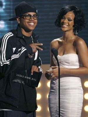 Chris Brown presenteou Rihanna com um colar de diamantes