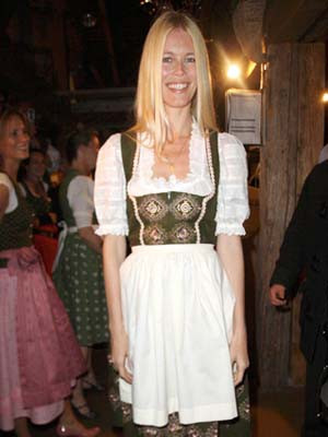 Cláudia Schiffer veste-se a rigor para o festival bávaro