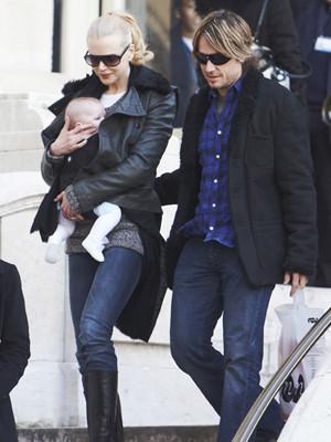 Nicole Kidman passeia com a filha pelas ruas de Paris