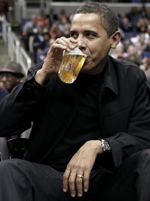 Barack Obama diverte-se num jogo de basquetebol