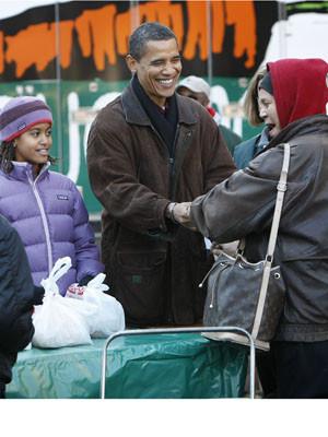 Família Obama distribui comida na véspera do Dia de Acção de Graças