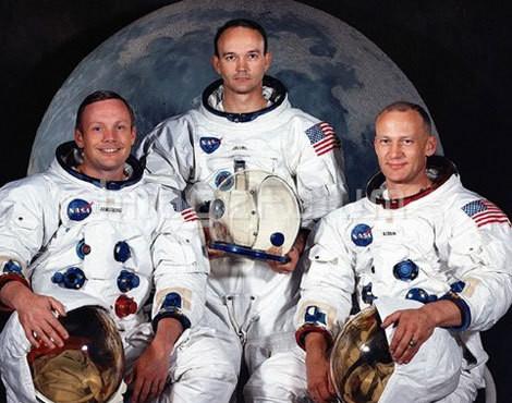 O comandante Neil Armstrong e os pilotos Michael Collins e Edwin Buzz Aldrin imortalizados com os seus fatos espaciais com a Lua como cenário