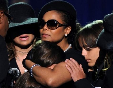 Janet Jackson com os sobrinhos no funeral do rei da pop
