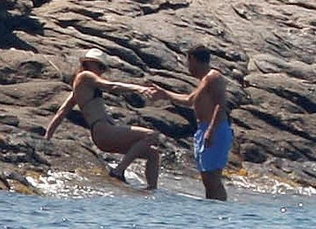 Nicolás Sarkozy ajuda Carla Bruni a descer os rochedos