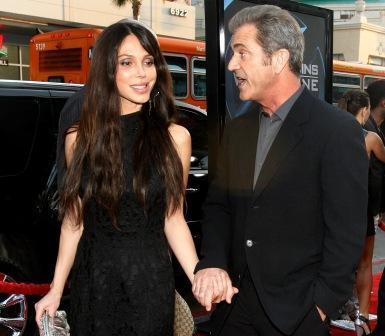 Mel Gibson com a namorada, Oksana Grigorieva, que está grávida