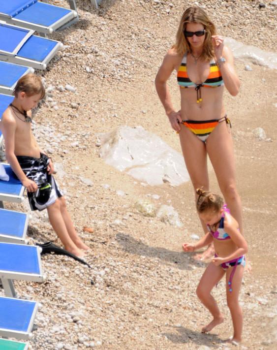 Steffi Graf na praia com os filhos