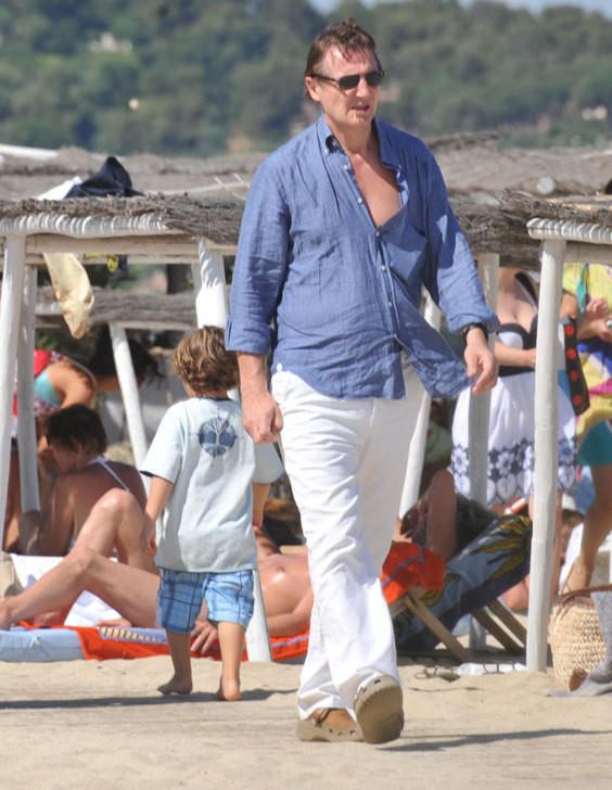 O actor a passear na praia, em Saint Tropez
