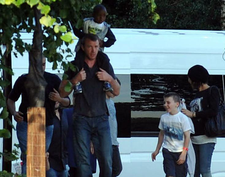 Guy Ritchie com os filhos, David e Rocco