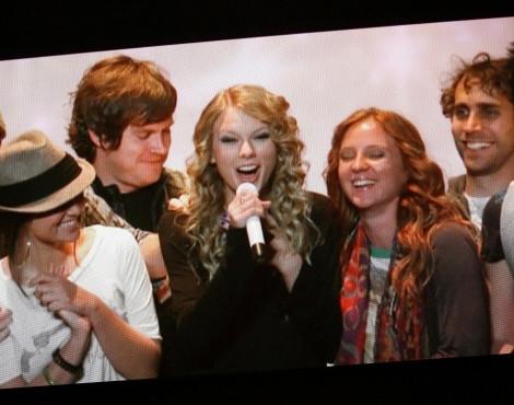 Taylor Swift, a grande vencedora da noite, a agradecer um dos prémios via satélite