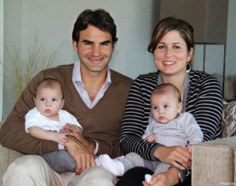 Roger Federer com a mulher, Miroslava Mirka Vavrinec, e as filhas, Myla Rose e Charlene Riva
