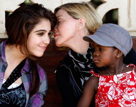 Madonna com as filhas, Lourdes e Mercy James