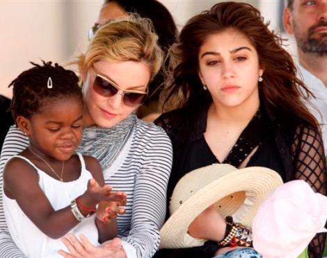 Madonna com as filhas, Mercy James e Lourdes