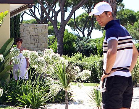 Cristiano Ronaldo, à porta da sua casa de férias, pede privacidade aos jornalistas